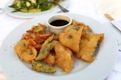 Plaat met tempuragarnalen en vissen Royalty-vrije Stock Foto's