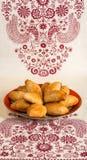 Plaat met vers gebakken blozende pastei op een gevormd tafelkleed royalty-vrije stock fotografie