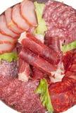 Plaat met verschillende vleesdelicatessen die op witte backgroun worden geïsoleerd Stock Fotografie