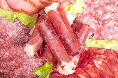 Plaat met verschillende vleesdelicatessen die op witte backgroun worden geïsoleerd Stock Afbeelding
