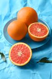 Plaat met verse yummy sinaasappelen royalty-vrije stock afbeeldingen
