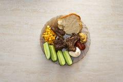 Plaat met vleesribben, groenten en sausen Stock Afbeeldingen