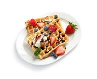Plaat met yummy wafels, bessen en roomijs stock afbeelding