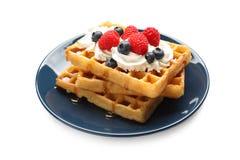 Plaat met yummy wafels, slagroom en bessen royalty-vrije stock afbeeldingen