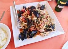 Plaat met zeevruchten bij een traditionele Griekse herberg Stock Foto's