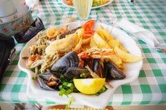 Plaat met zeevruchten in een restaurant Stock Afbeeldingen