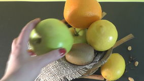 Plaat mooi fruit, gezond voedsel stock video
