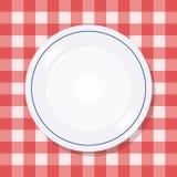 Plaat op een picknicktafelkleed Stock Afbeelding