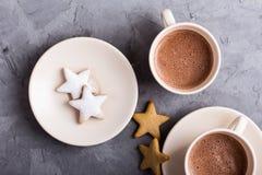 Plaat van bestrooide Kerstmiskoekjes van de stervorm stock afbeeldingen