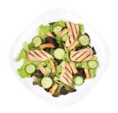 Plaat van caesar salade met komkommers Stock Afbeelding
