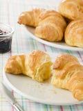 Plaat van Croissanten met Domein Royalty-vrije Stock Afbeeldingen