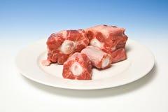 Plaat van de besnoeiingsvlees van de rundvleesossestaart stock afbeelding