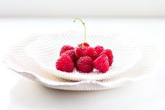 Plaat van de frambozen de Witte Keramiek stock foto