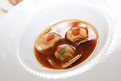 plaat van drie stukken van vlees in een saus in restaurant voor gastronomisch stock foto's