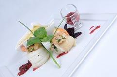 Plaat van fijne het dineren maaltijd, heilbot met groenten stock foto