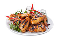 Plaat van geroosterde kippenvleugels met saus Royalty-vrije Stock Afbeeldingen