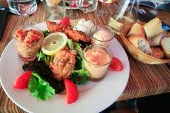 Plaat van grote salade met zalmcarpaccio Stock Afbeeldingen