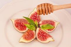 Plaat van heerlijke fig. en druipende honing Royalty-vrije Stock Afbeeldingen