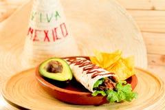 Plaat van ontbijt grote burrito en nachos stock afbeeldingen