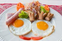 Plaat van ontbijt met gebraden eieren Royalty-vrije Stock Foto's