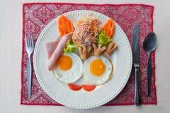 Plaat van ontbijt met gebraden eieren Stock Foto