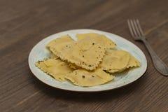 Plaat van ravioli met Parmezaanse kaas op houten lijst royalty-vrije stock foto's