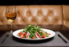 Plaat van salade stock fotografie