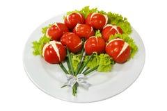 Plaat van salade en tomaten die op wit wordt geïsoleerd Stock Foto