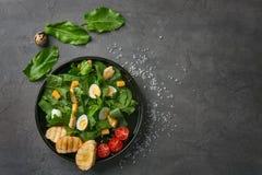 Plaat van salade met kwartelseieren en spinazie Stock Fotografie