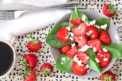 Plaat van salade met spinazie, aardbei en kwark royalty-vrije stock afbeelding