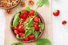 Plaat van salade met spinazie, aardbei en okkernoten Stock Foto