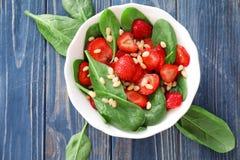 Plaat van salade met spinazie, aardbei en pijnboomnoten Royalty-vrije Stock Foto