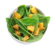 Plaat van salade met spinazie en sinaasappel Stock Afbeeldingen