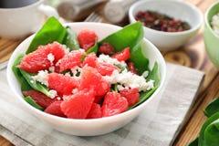 Plaat van salade met spinazie, grapefruit en kwark Royalty-vrije Stock Afbeeldingen