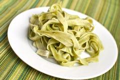 Plaat van spinaziefettuccine Royalty-vrije Stock Foto's