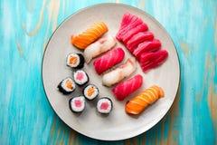 Plaat van sushi en sashimi Stock Afbeeldingen