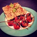 Plaat van toost en tomaten stock afbeelding