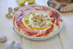 Plaat van Traditionele eigengemaakte hummus stock foto