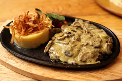 Plaat van varkenskoteletten met uien worden gebakken die Royalty-vrije Stock Afbeelding