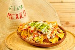 Plaat van verse nachos met een saus van de jalapenokaas Stock Afbeelding
