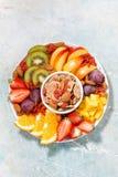 Plaat van verse seizoengebonden vruchten en graangewassen, verticale hoogste mening Royalty-vrije Stock Afbeelding