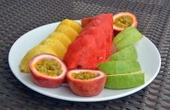 Plaat van Verse Tropische Vruchten op een Witte Plaat Royalty-vrije Stock Fotografie