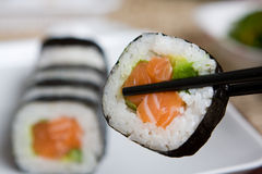 Plaat van verse zalm Japanse sushi Stock Afbeelding
