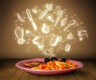 Plaat van voedsel met witte hand getrokken pictogrammen en symbolen Stock Foto's