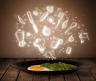 Plaat van voedsel met witte keukenpictogrammen Royalty-vrije Stock Foto