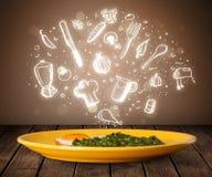Plaat van voedsel met witte keukenpictogrammen Stock Afbeelding