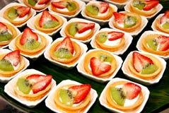 Plaat van vruchten cakes Royalty-vrije Stock Foto's