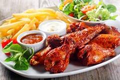 Plaat voor Hoofdvoorgerecht met Knapperig Fried Chicken Drumsticks stock fotografie