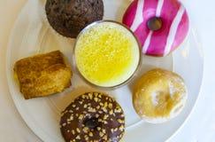 Plaathoogtepunt van gebakjes met jus d'orangeglas Royalty-vrije Stock Afbeeldingen