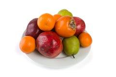 Plaathoogtepunt van vruchten op wit wordt geïsoleerd dat Stock Afbeeldingen